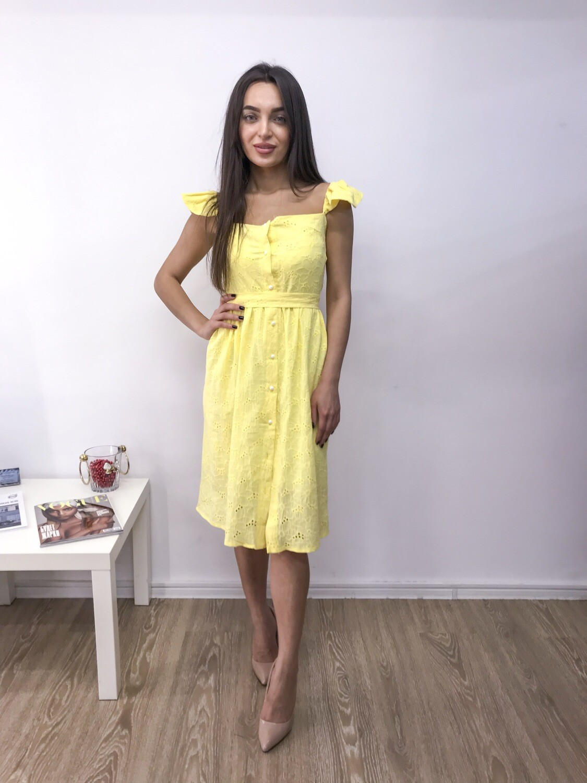 Желтый сарафан приталенного силуэта