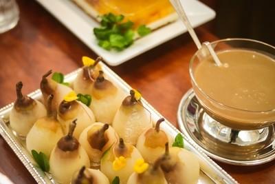Mini Peras ao Vinho Branco recheadas com Marzipã, acompanha Calda de Caramelo Toffee