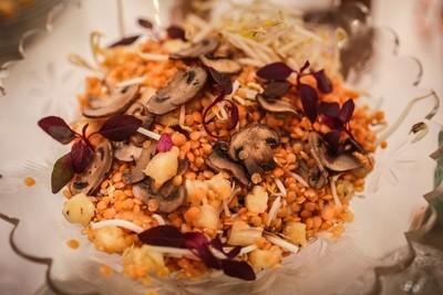 Salada de Lentilha Rosa, com Lâminas de Shitake, Abacaxi e Brotinhos