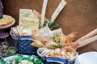 Placas Gigantes e Tiras de Folhas de Pão temperadas com Lemon Pepper, Parmesão e Pesto de Rúcula