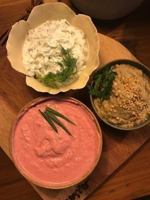 Babaganoush, Coalhada Fresca e Pink Hommus, acomnpanhado de Toasts de Pão Sírio