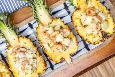 Salada de Camarões grelhados e Cubinhos de Abacaxi em sua casca ao Iogurte de LemonGrass