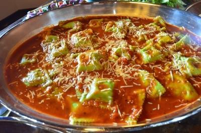 Ravioloni de Mussarela de Búfala ao Molho de Tomates Frescos e Manjericão