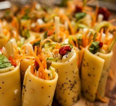 Salada de Rolinhos com Palmito Pupunha, Legumes Grelhados e Tomate Seco, acompanha Molho de Balsâmico