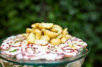 Carpaccio De Polvo com Batatinhas assadas ao Vinho Branco e Ceboulette, acompanha Citronette com Pimenta Rosa