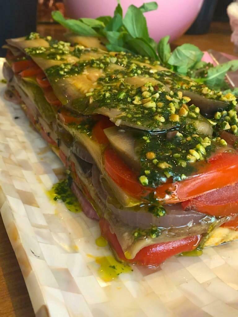 Terrine de Legumes Mediterrâneos, acompanha Pesto de Rúcula e Piñoles