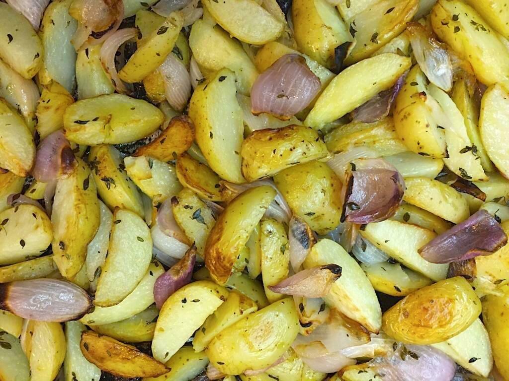Batatas Rústicas assadas, com Pétalas de Cebola Roxa
