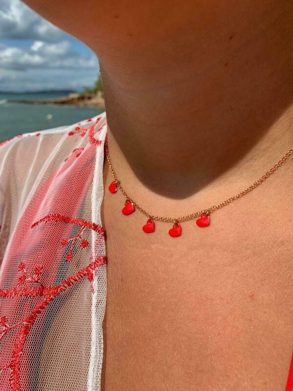 Collana con cuori rossi lato