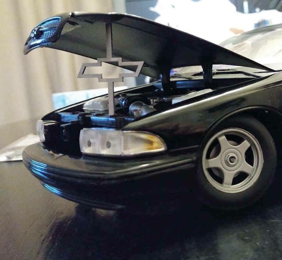 1:24 / 1:18 model car hood prop ( bow tie)