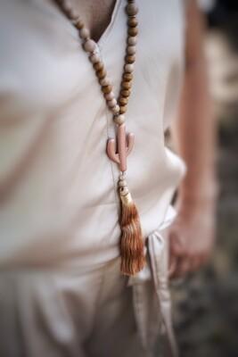 Lange halsketting met bruine parels, roze cactus en flosj - BARBARA