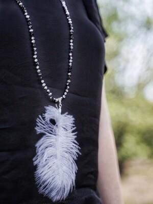 Lange halsketting - zwarte en zilveren parels met grote pluim - BENNE
