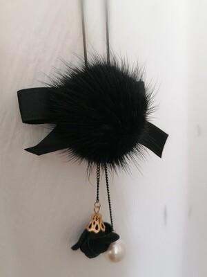 Lange zwarte halsketting met pompon, strik en witte parel - BRITT