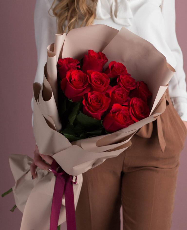 Букет красных роз в красивом оформление