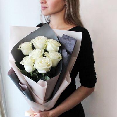 Букет в нежном тоне с белыми розами.