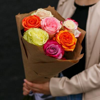 Букет с яркими розами микс в крафте.