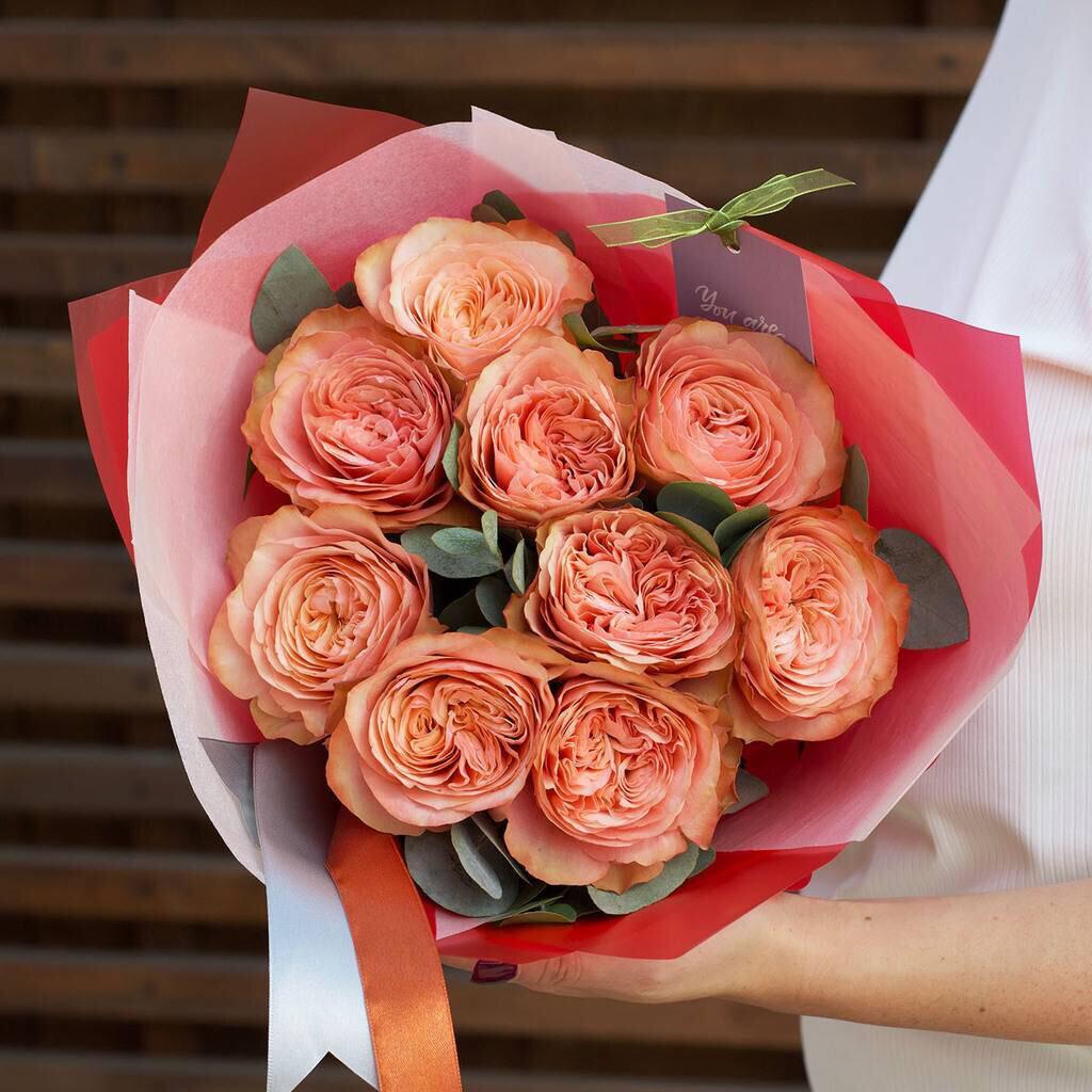 Букет Пионовидных роз 9 шт с зеленью.