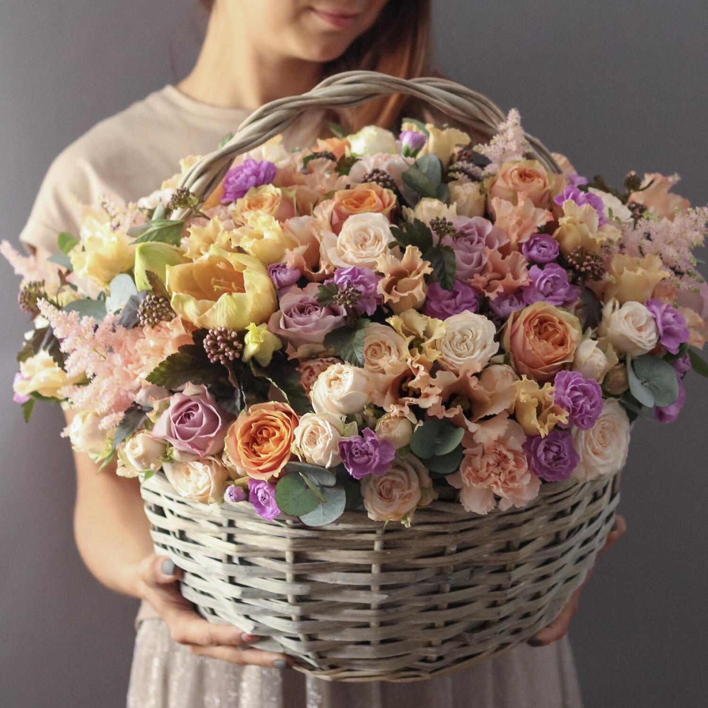 Корзина цветов в карамельной гамме.