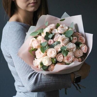 Букет пионовидных роз Бабмастик с эвкалиптом.