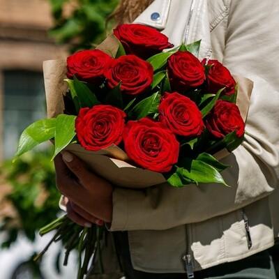 Букет Красные розы Ред Наоми Премиум Россия в крафте.