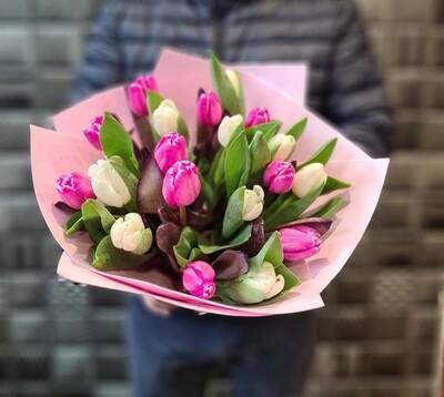 Букет тюльпанов в ярких тонах.