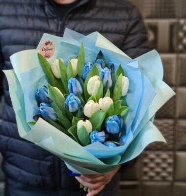 Букет эксклюзив синие и белые тюльпаны микс.