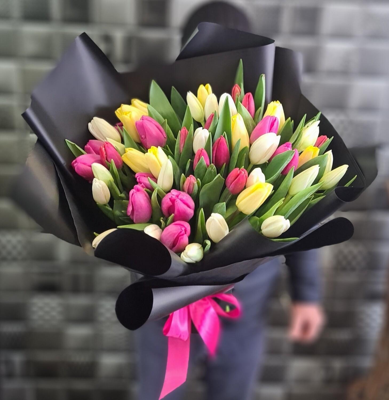 Яркий микс 51 тюльпан в черном оформление.