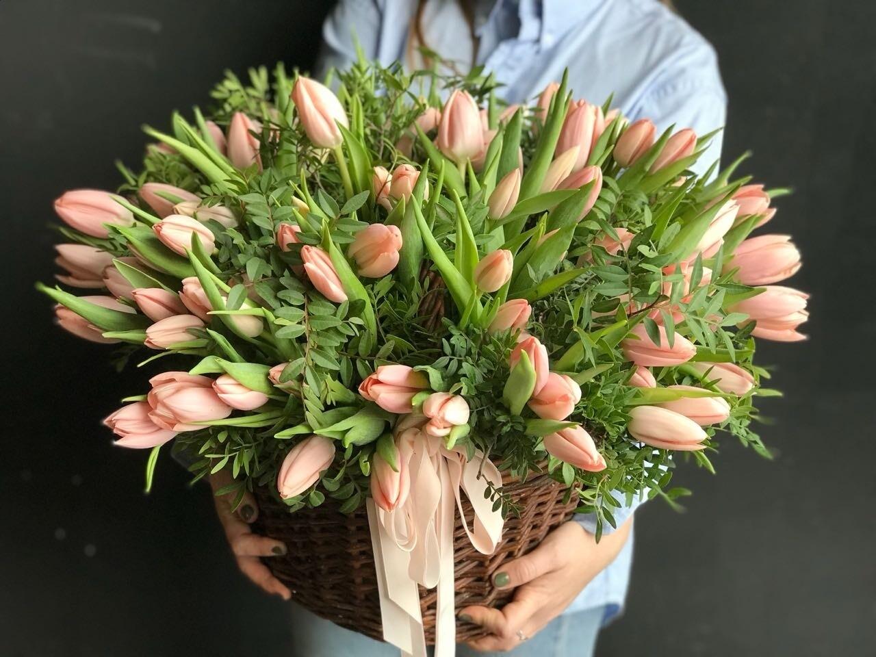 Корзина нежных тюльпанов с фисташкой