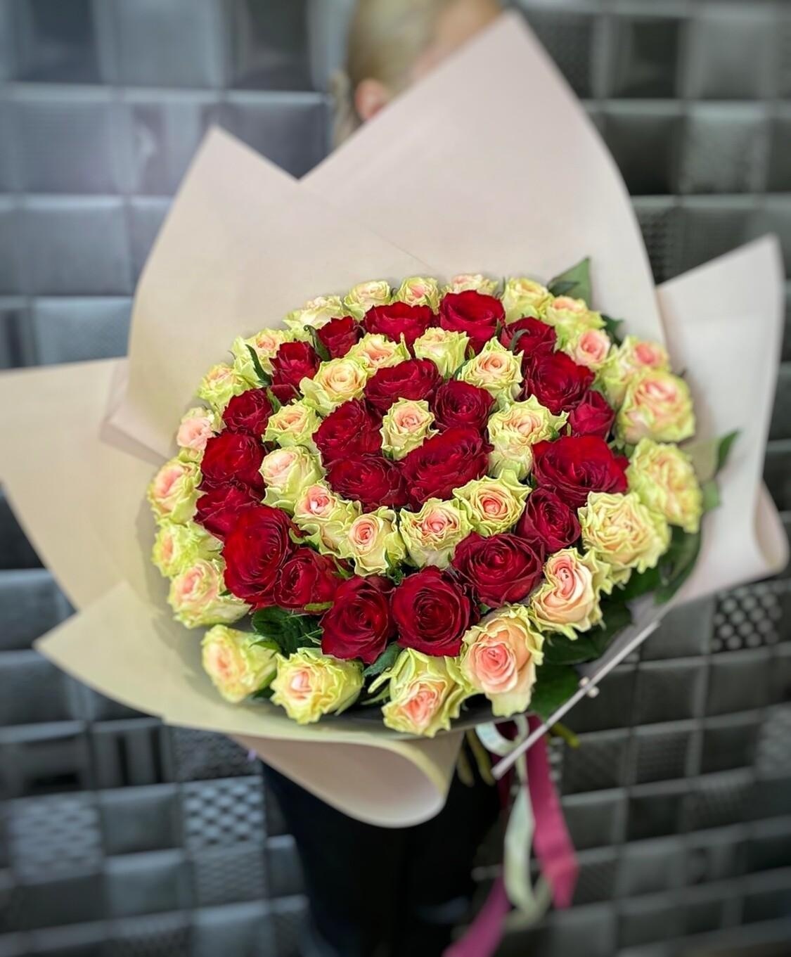 Букет спираль 55 роз в оформление.