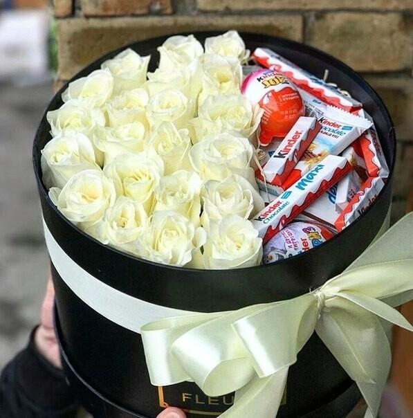Коробка белых роз с Киндер