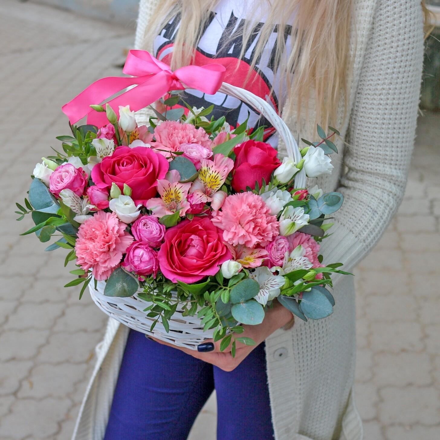 Яркая корзина с цветами Pink
