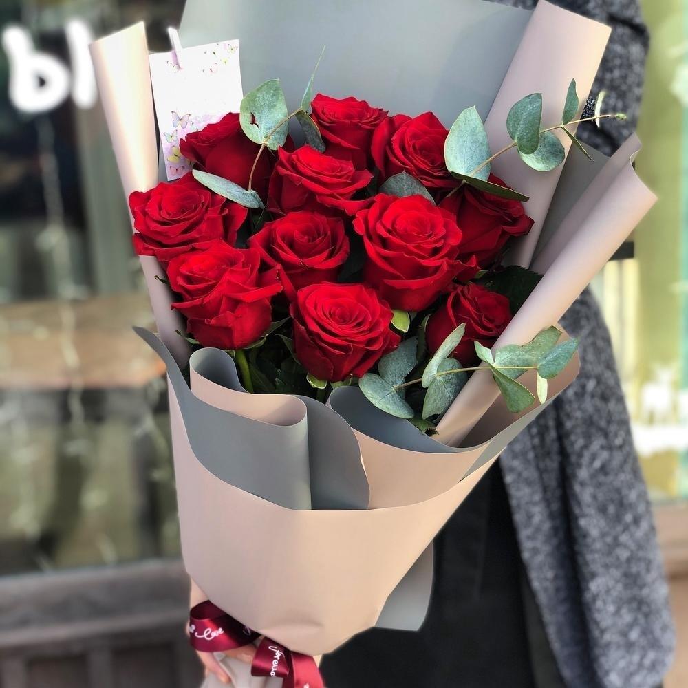 Букет роз с эвкалиптом в оформление