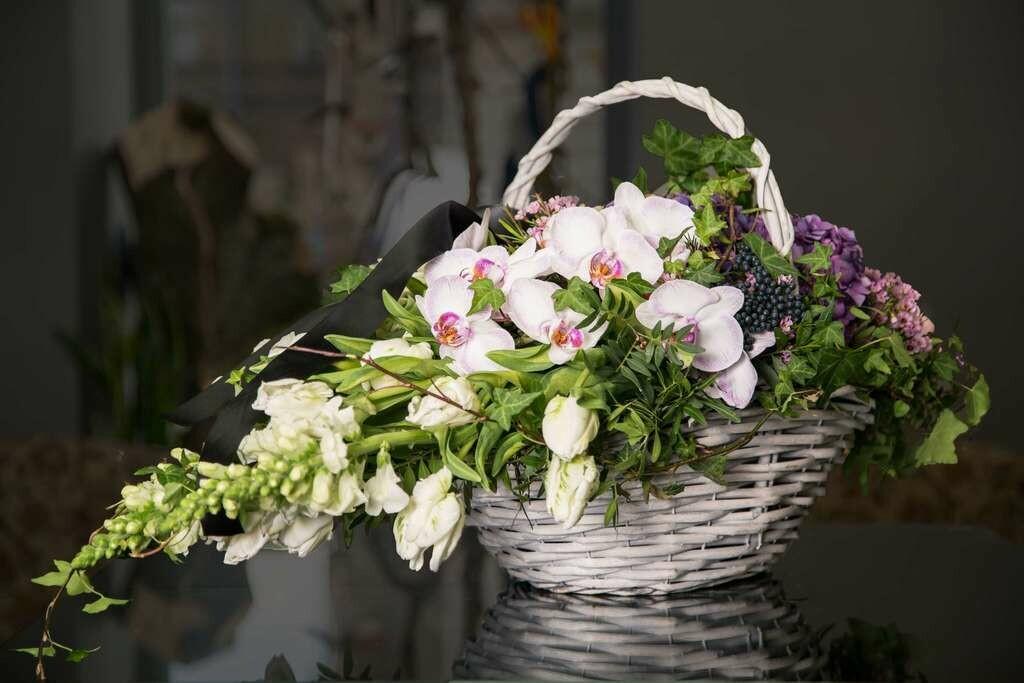 Траурная корзина из нежных цветов Капля.