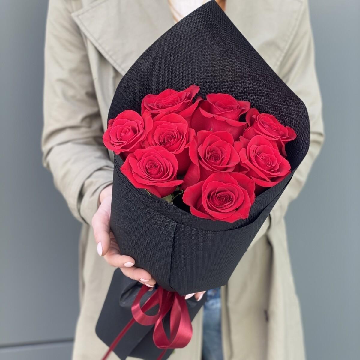 Букет роз в черном оформление.