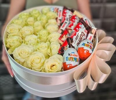Коробка белых роз с KINDER