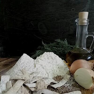 Галеты с луком и укропом из грубой муки по итальянским рецептам на белом вине.