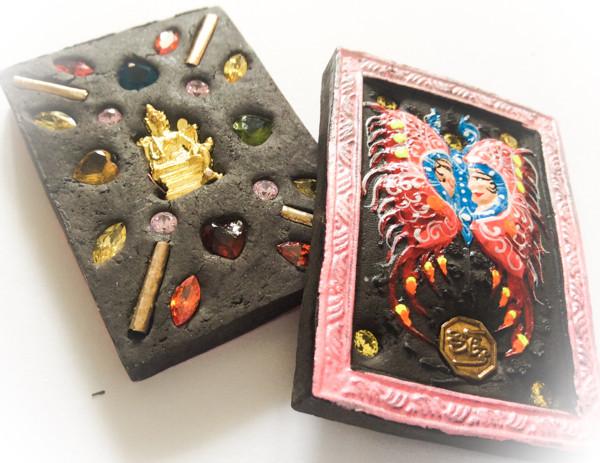 Taep Jamlaeng Butterfly King- Pim Glang Sariga Dong -Pink Frame Sacred Black Sariga & Maha Taep Powders - (1 Golden Brahma Bucha 1 Look Namo Plug+ 4 Silver Takrut and 21 Gems)- Sae Yid 60 Edition