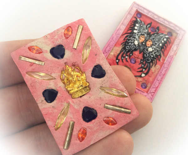 Taep Jamlaeng Butterfly King- Pim Glang -Pink Frame Sacred Pink/White Swirl Powders - (1 Golden Ganesha Bucha 1 Look Namo Plug+ 4 Silver Takrut and 21 Gems)- Sae Yid 60 Edition
