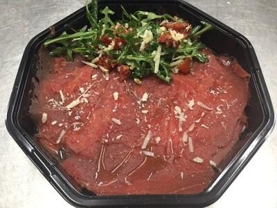 rundercarpaccio afgewerkt met parmezaanse kaas en dressing
