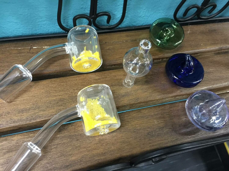 באנגר זכוכית עם חומר כימי משנה צבע ושומר על החום