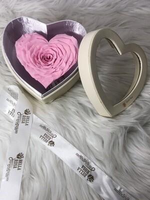 Caja de cuerina, con rosa natural preservada en forma de corazon XXL. 11cm x 11.5 cm x8 cm.