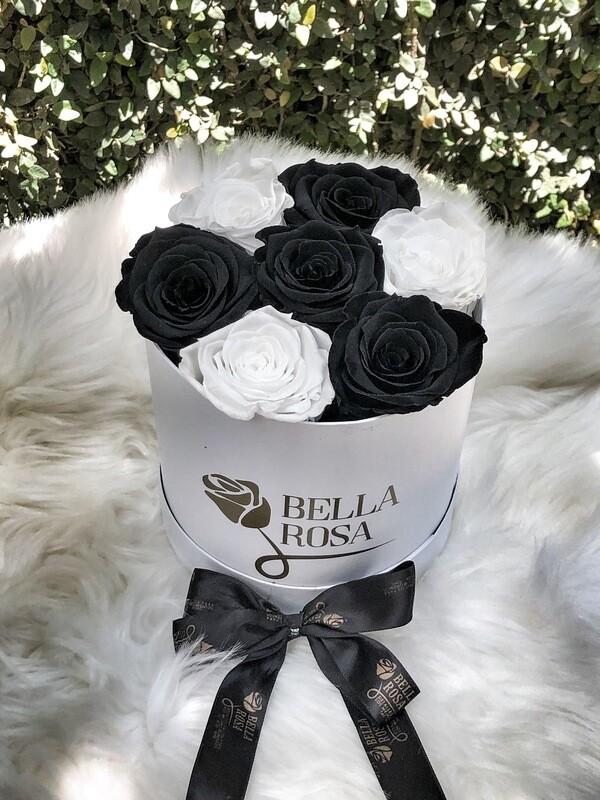 Caja redonda blanca o negra con 7 rosas preservadas
