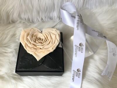 Caja acrílica con rosa natural preservada en forma de corazon