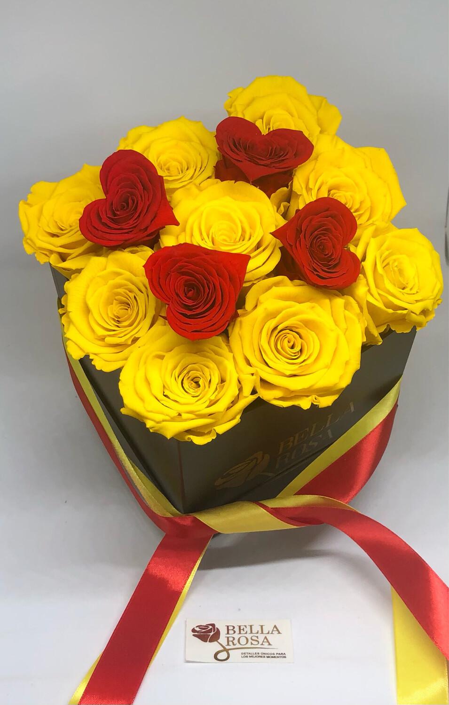 Caja cuadrada con 9 rosas preservadas y 4 mini rosas en forma de corazón.