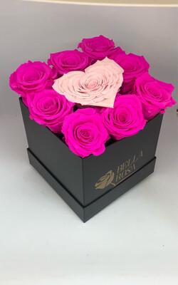 Caja cuadrada con 8 rosas preservadas y 1 en forma de corazón