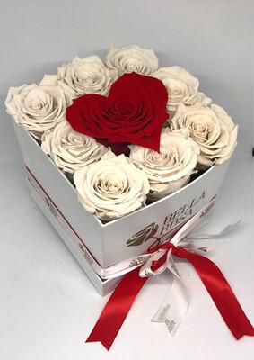 Caja cuadrada con 8 rosas preservada y 1 en forma de corazón