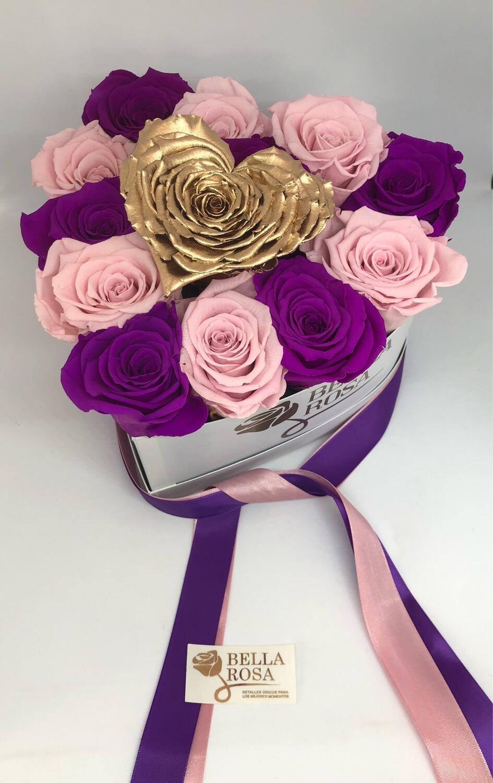 Caja en forma de corazón con 12 rosas preservadas y 1 en forma de corazón