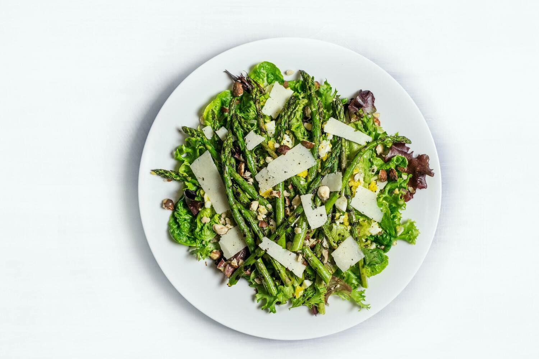 Insalata di asparagi con uovo poche e granella di nocciole