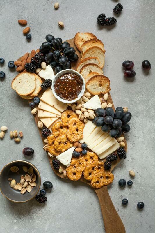 Selezione di formaggi con confettura di cipolle, miele e noci