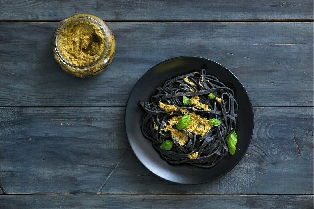 Tagliolini al nero di seppia con pomodoro piccante e burrata