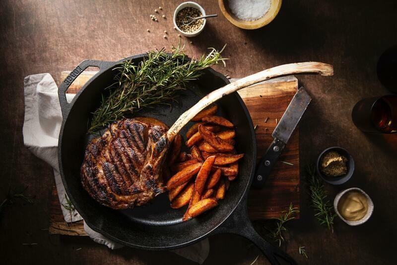 Tomahawk di manzo con verdure e patate alla griglia
